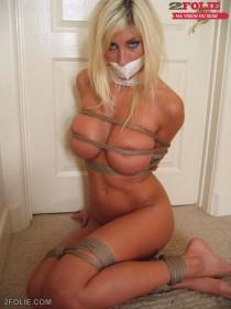 blonde nue et bondée