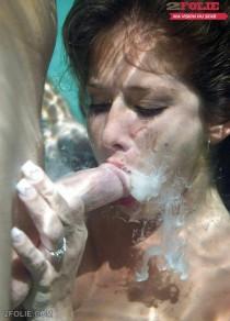 ejaculation faciale dans l'eau