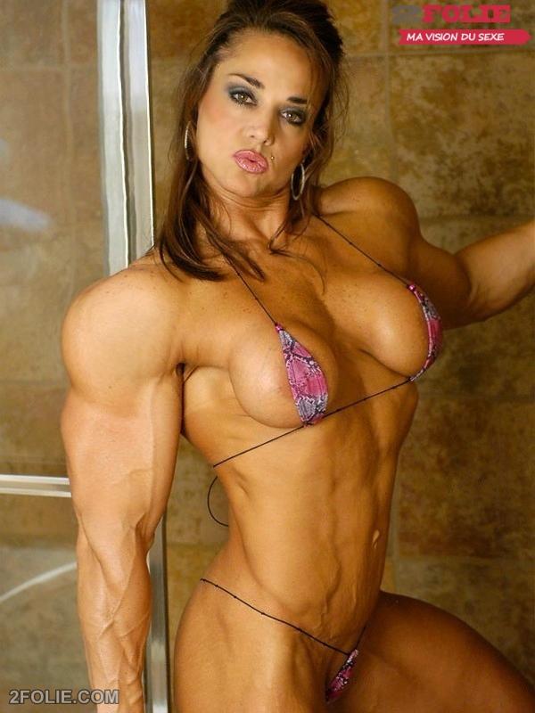 Une femme aux biceps durs et muscls sexhibe nue
