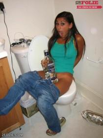filles qui pissent aux toilettes-013