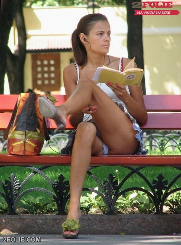 Femme assise sur un banc nous offre un superbe upskirt