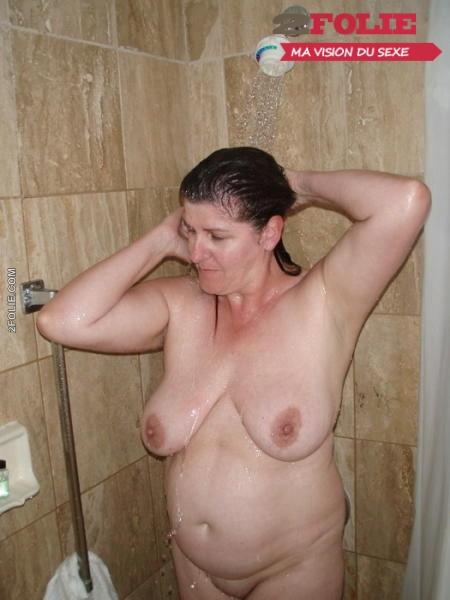 putasses mature sous la douche