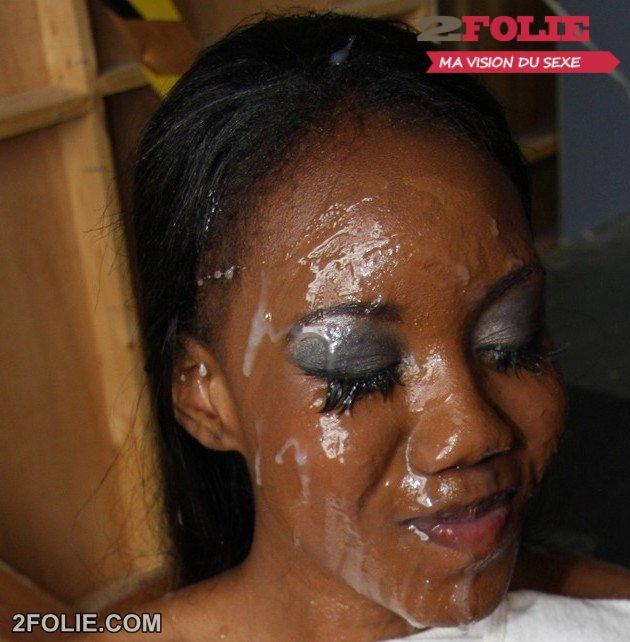 L'jaculation du sperme sur son visage et dans la bouche