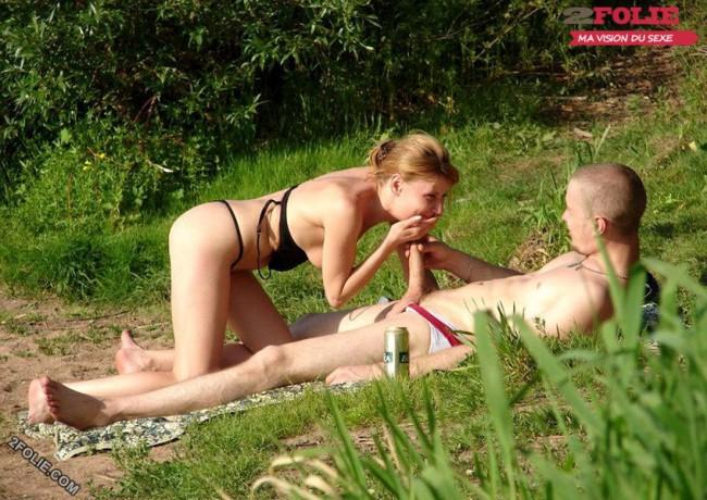 couple entrain de baiser sur la plage-007