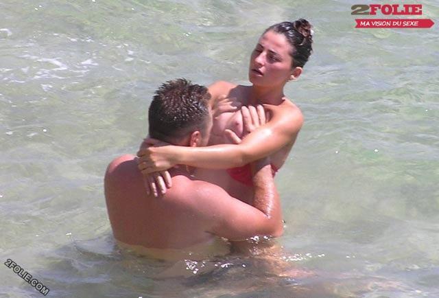 couple entrain de baiser sur la plage-011