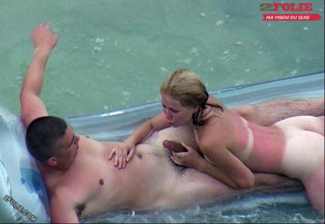 couple entrain de baiser sur la plage-021