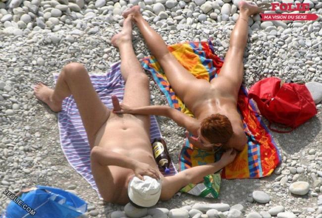 couple entrain de baiser sur la plage-023