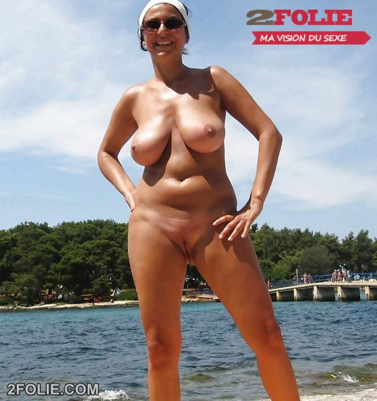 Il filme sur la plage des femmes entirement nues