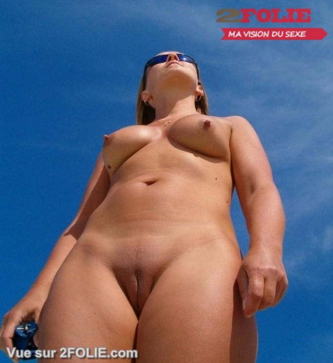 Filles nues rasées en vacances-004