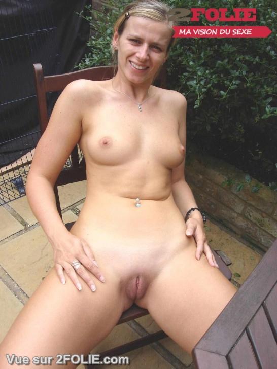 Filles nues rasées en vacances-007