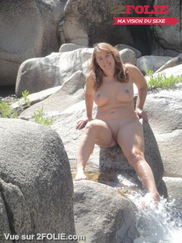 Filles nues rasées en vacances-009