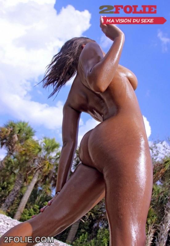 Tiera, belle black aux gros seins nue sur la plage-005