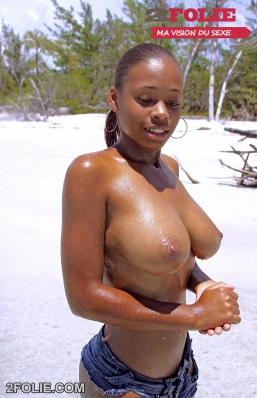 Tiera, belle black aux gros seins nue sur la plage-010