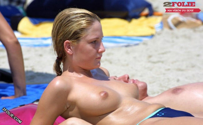 femmes seins nus plage-007