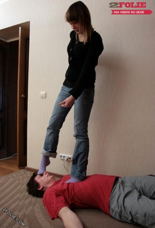 pieds de femmes écrasent visage d'homme-020