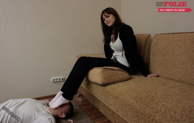 pieds de femmes écrasent visage d'homme-002