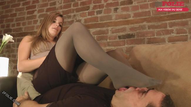 pieds de femmes écrasent visage d'homme-006