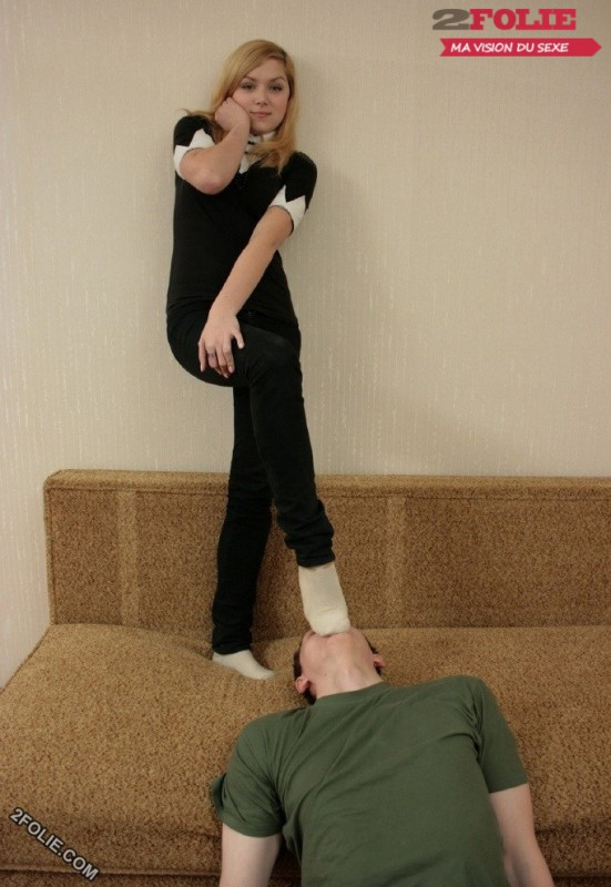 pieds de femmes écrasent visage d'homme-011