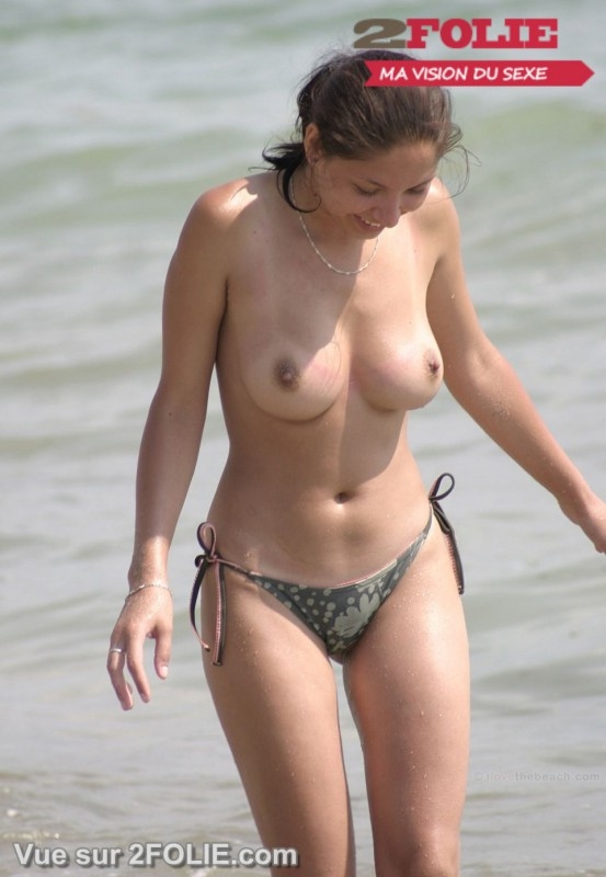Femmes à gros seins nus sur la plage-007