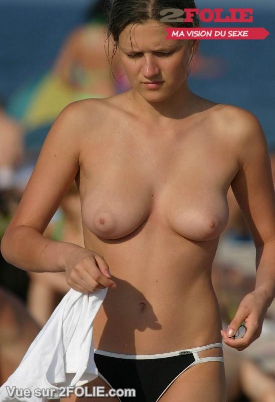 Femmes à gros seins nus sur la plage-009