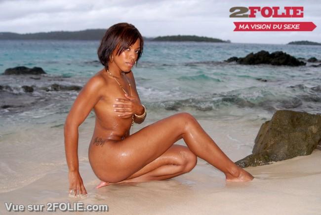 Filles blacks nues sur la plage-001