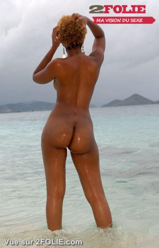 Filles blacks nues sur la plage-016