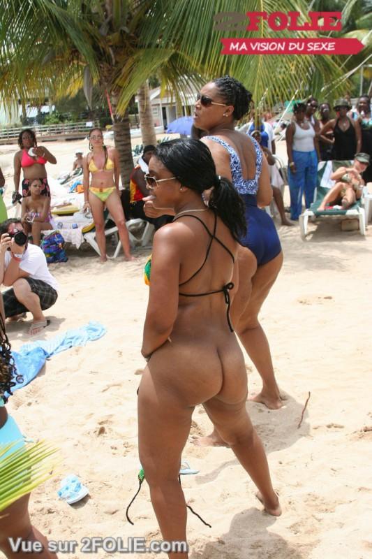 Filles blacks nues sur la plage-020