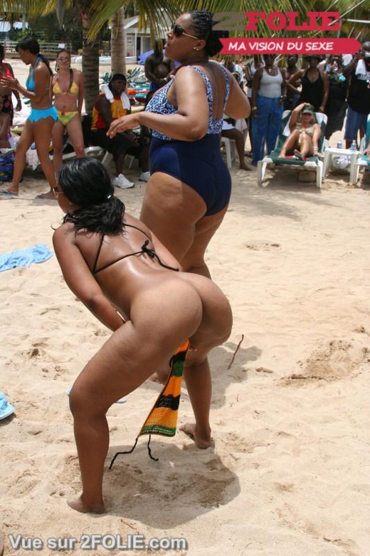 Filles blacks nues sur la plage-021