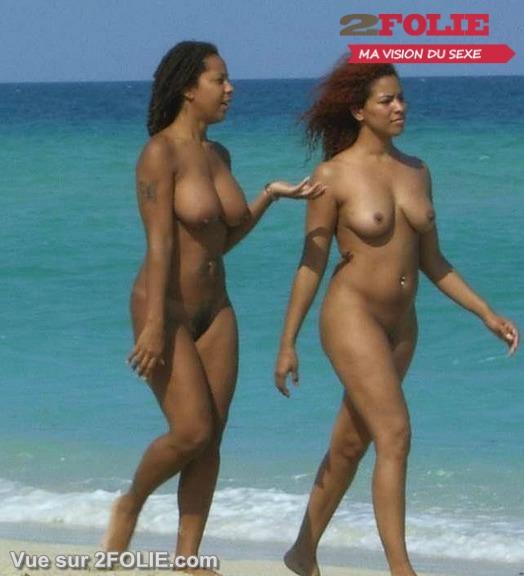 Belles blacks nues sur la plage-011