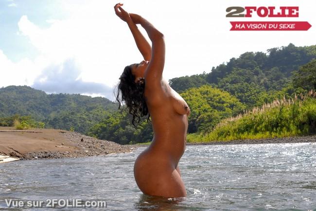 Belles blacks nues sur la plage-012