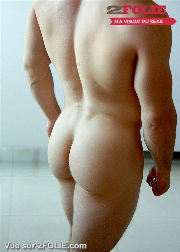 Le sperme s'tale dans ses belles fesses rases - Video gay