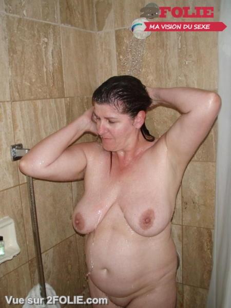 Femmes matures nues sous la douche-001