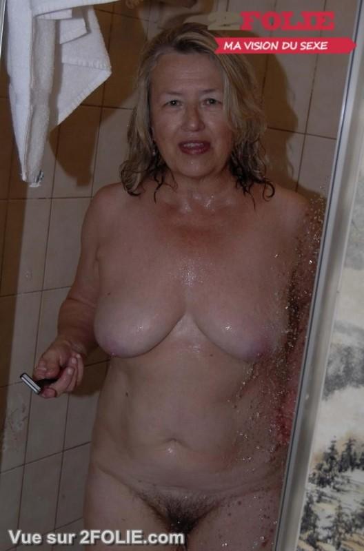 Femmes matures nues sous la douche-002