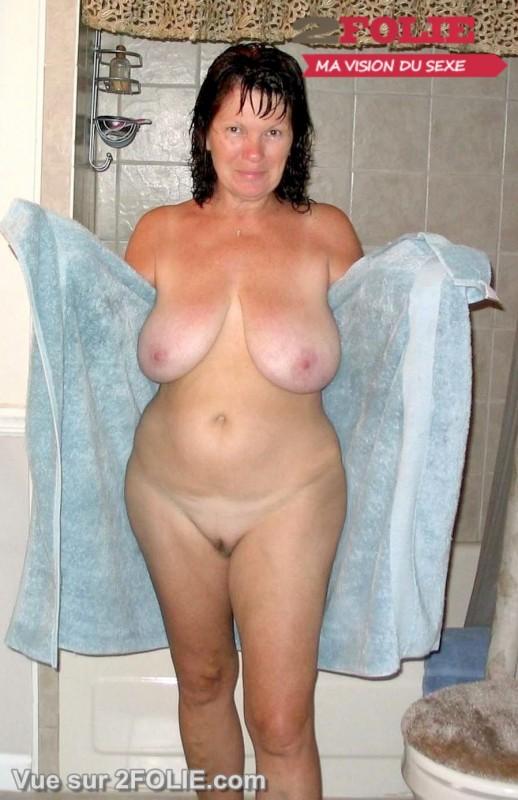 Femmes matures nues sous la douche-005