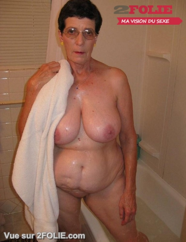 Femmes matures nues sous la douche-006