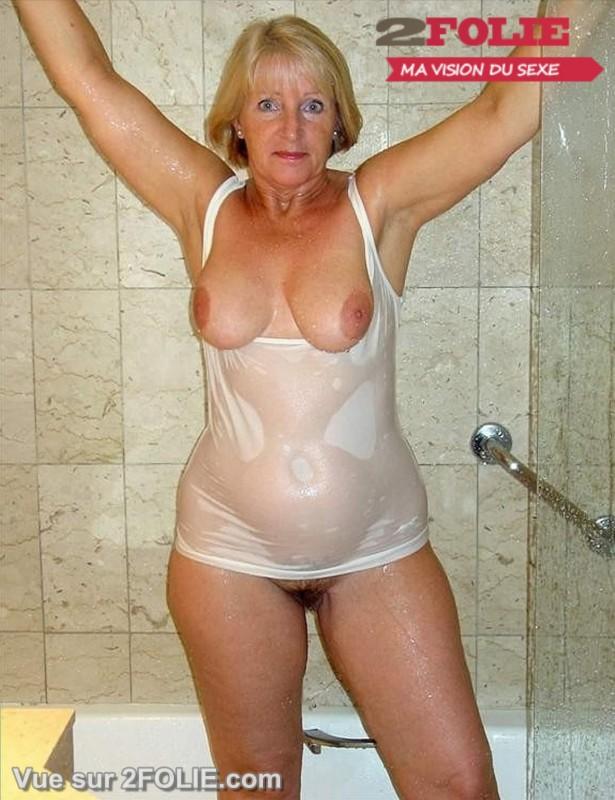 Femmes matures nues sous la douche-007