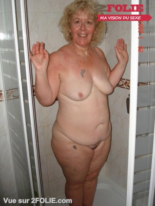 Femmes matures nues sous la douche-010