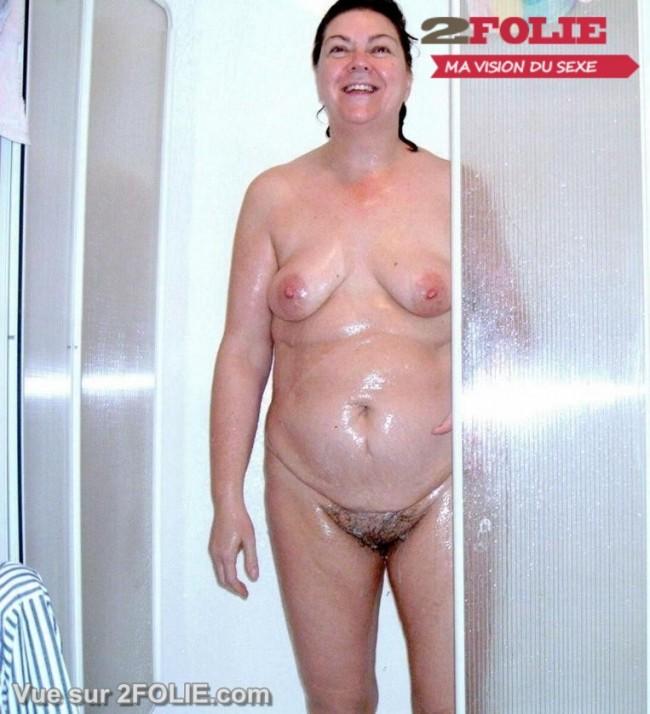 Femmes matures nues sous la douche-011