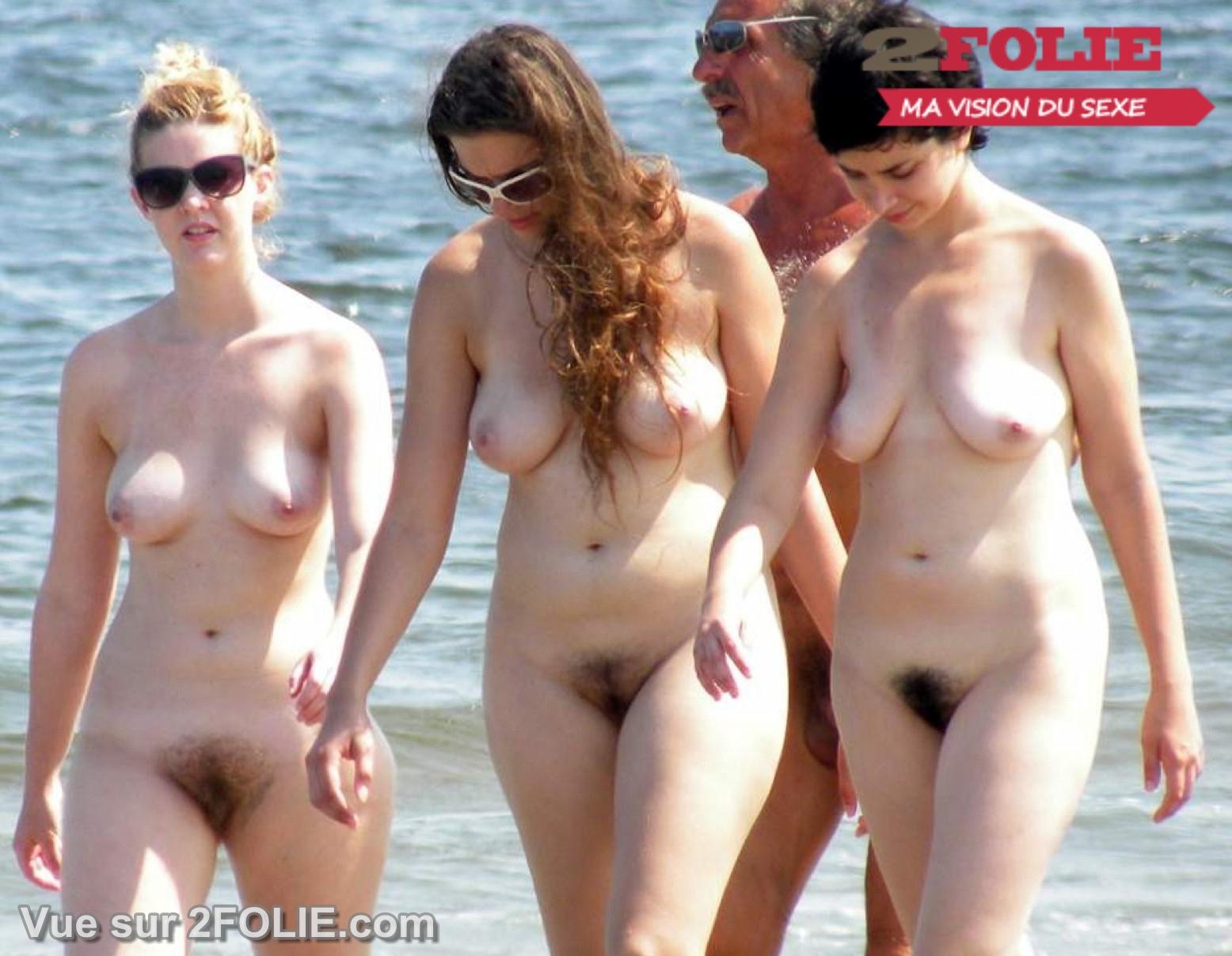 Adolescents nus faisant dehors
