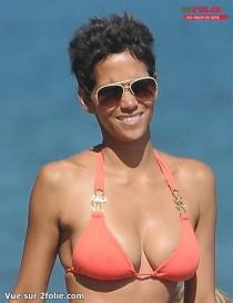 Les gros seins de Halle Berry en bikini !-02
