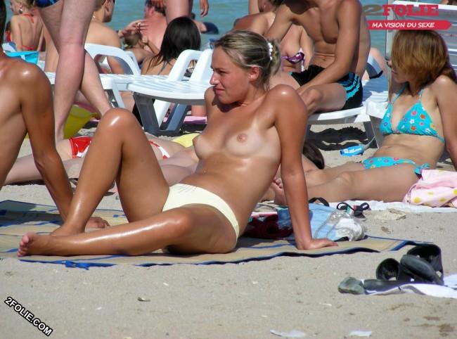Meufs seins nus sur la plage-024