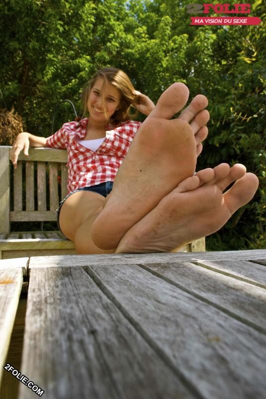 Petits pieds de jolies jeunes femmes-002