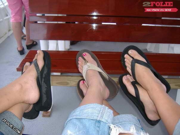 Petits pieds de jolies jeunes femmes-013