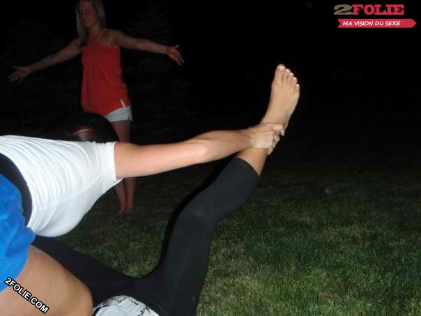 Petits pieds de jolies jeunes femmes-019
