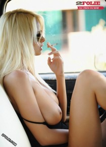 Photos de fumeuses aux seins nus-002