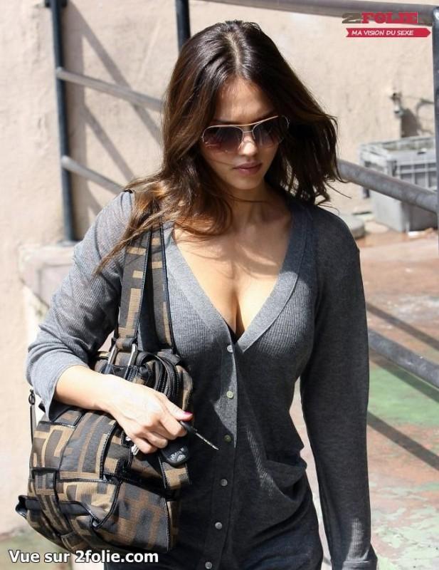 Vue Bandante Sur Les Gros Seins De Jessica Alba