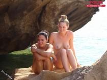 filles aux seins nus sur la plage-017