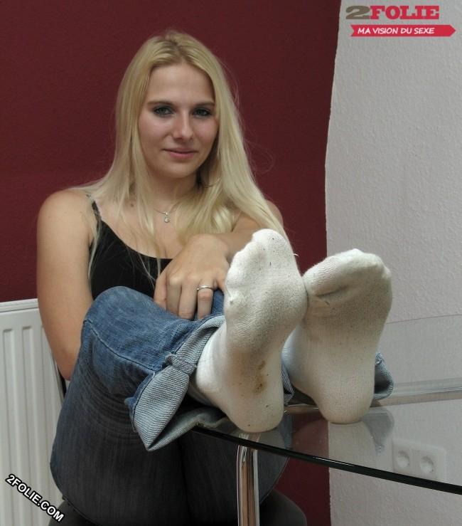 Fille en chaussettes blanches