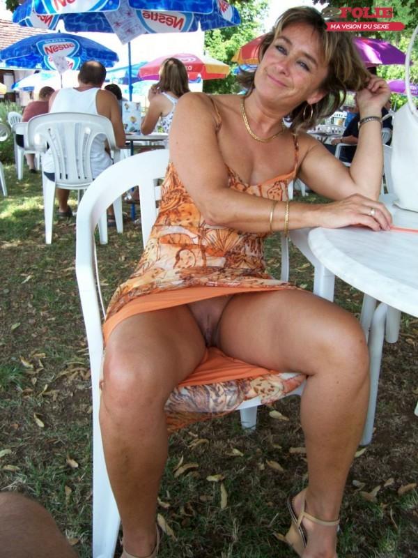 sous les jupes des femmes sans culotte (16)