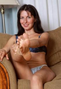 Brunes matures salopes charment les mecs avec leurs pieds (4)